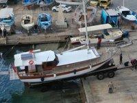 Antalya'da turizm hazırlığı başladı, tur tekneleri denize indiriliyor