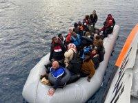 İzmir açıklarında 64 düzensiz göçmen kurtarıldı