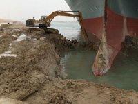 Süveyş Kanalı'nda sıkışan geminin etrafını kazan operatörün mesai ücreti ödenmemiş