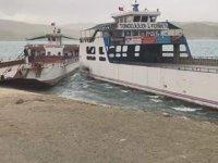 Keban Baraj Gölü'nde fırtına nedeniyle feribotlar çatıştı