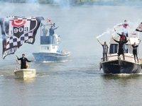 Beşiktaş taraftarları, Sakarya Nehri'nde teknelerle şampiyonluk turu attı