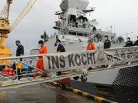 Hindistan ordusu, kasırganın batırdığı gemideki 78 kişiyi arıyor