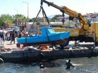 Ayvalık'ta batan tekneler vinç yardımıyla çıkartılıyor