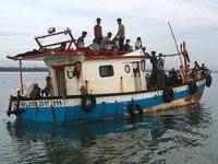 Arakanlı Müslümanlar'ı taşıyan tekne, Endonezya'da karaya oturdu