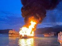 Antalya'da 'Domino' isimli tur teknesi alev alev yandı