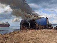Altınova'daki hurda gemide yangın çıktı