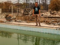 Manavgat'ta 6 kişilik aile, yangından havuza girerek kurtuldu