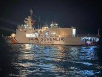 Sahil Güvenlik Komutanlığı, yangın ile mücadele ediyor