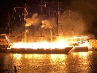 Alanya'da balıkçı barınağında çıkan yangında tur tekneleri küle döndü