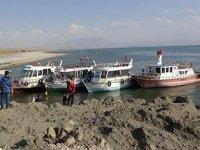 Van Gölü'nde balıkçı tekneleri limana yanaşamadı