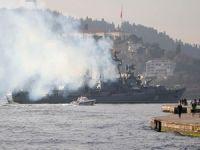 Rus savaş gemisi, boğazı dumana boğarak geçti