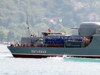 Rus savaş gemisi İstanbul Boğazı'ndan güvertesinde kadın askerlerle geçti