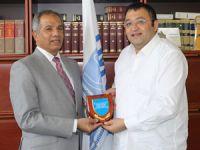 Recep Canpolat, IMSO Direktörü Moin Uddin Ahmed'i makamında ziyaret etti