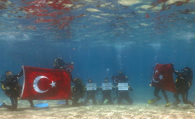 9_dalgin_denizin_dibinde_turk_bayragi_acti_2.jpg
