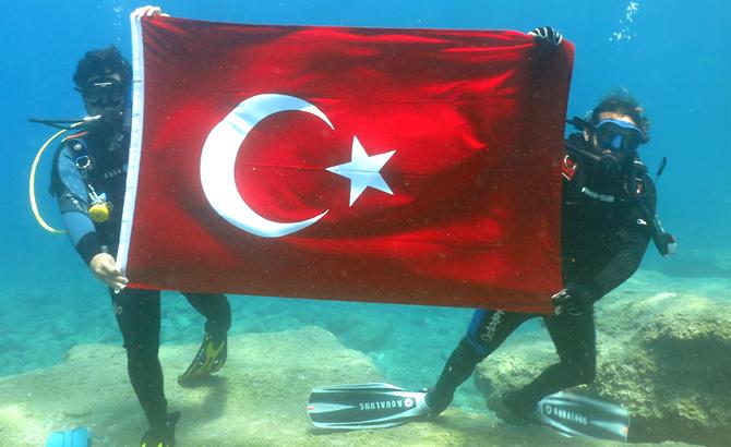 9_dalgin_denizin_dibinde_turk_bayragi_acti_3.jpg