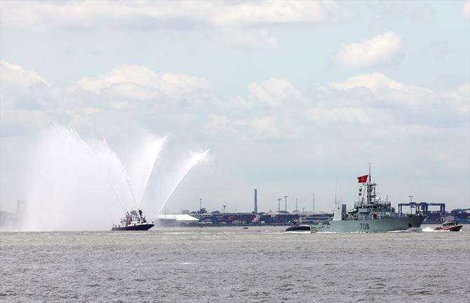 abd-donanmasina-ait-gemiler-hudson-nehri'nden-gecti_2.jpg