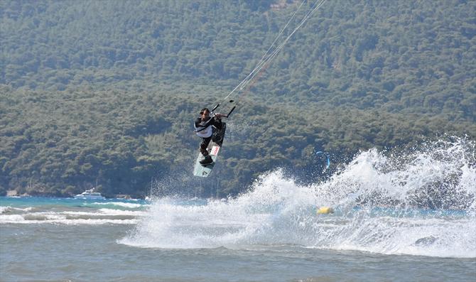 dunya-kiteboard-liginde-15-ulkeden-sporcu-yarisiyor_3.jpg