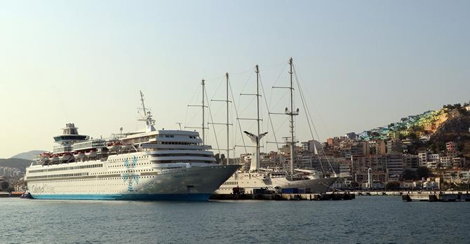 kusadasina-iki-kruvaziyer-gemisiyle-2-bin-250-turist-geldi_1.jpg