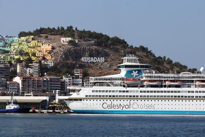 kusadasina-iki-kruvaziyer-gemisiyle-2-bin-250-turist-geldi_3.jpg
