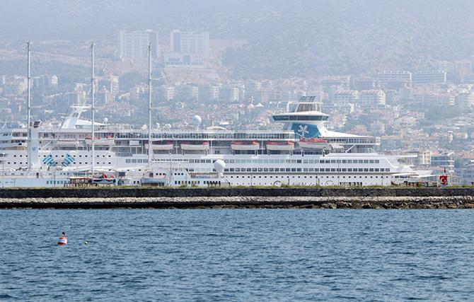 kusadasina-iki-kruvaziyer-gemisiyle-2-bin-250-turist-geldi_4.jpg