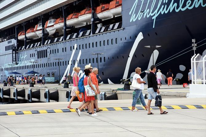 ms-mein-schiff-2,-bodruma-2-bin-77-turist-getirdii_3.jpg