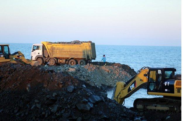 rize-artvin-havalimaninda-denize-gunde-80-bin-ton-tas-dokuluyor_6889_dhaphoto9.jpg