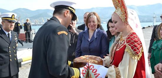 turk_komutanlar_tuz_ve_ekmekle_karsilandi.jpg