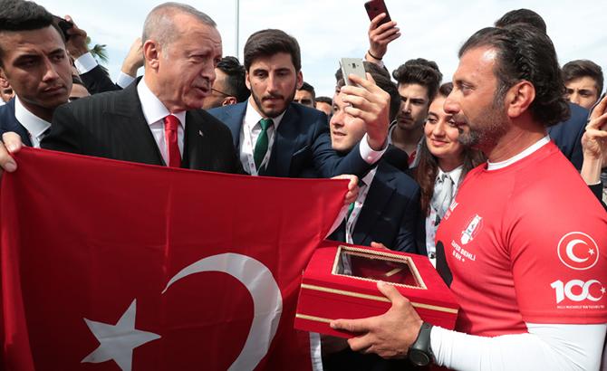uzmar_bot_takimi_turk_bayragini_teslim_etti_2.jpg