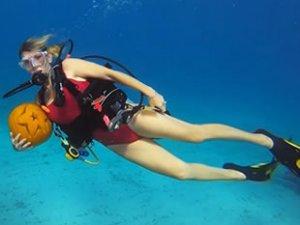Su altında 'bal kabağı oyma' yarışması yapıldı