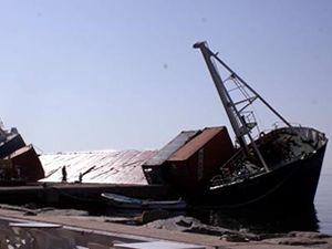 Balıkesir'deki batık gemi tehlike saçıyor