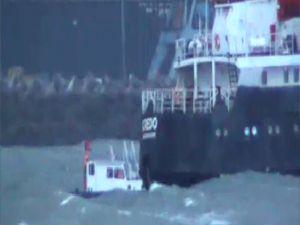Dalgaların arasındaki gemiyi römorkör kurtardı