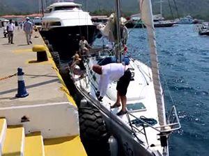 Marmaris'te Rus turistlerin bindiği tekne kıyıya sürüklendi